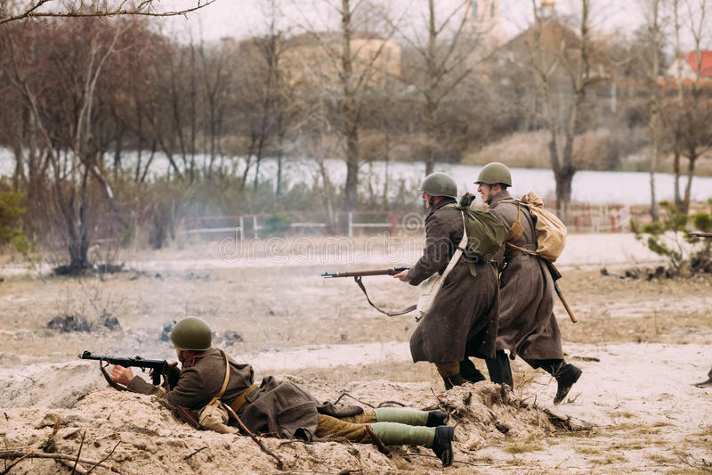 Re-enactors vestida como soldados rusos del ejército rojo del funcionamiento de WWII fotos de archivo libres de regalías