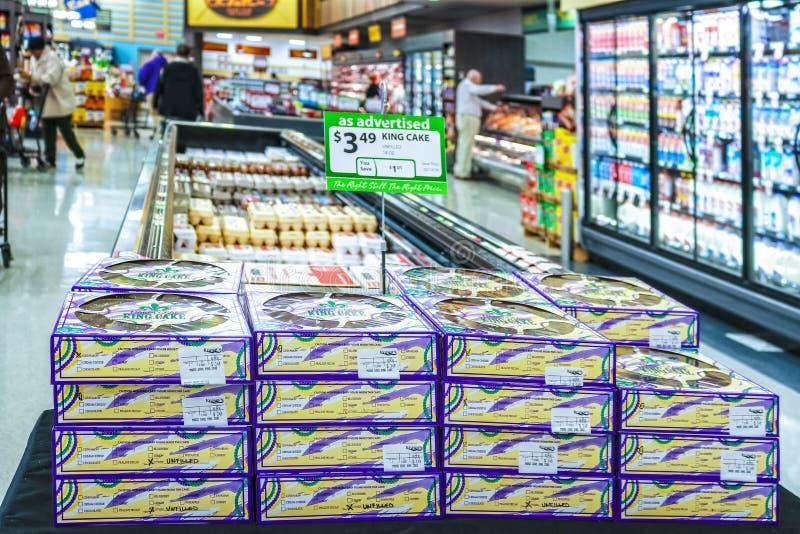 Re inscatolati Cakes impilata su nel mercato della drogheria da vendere vicino a Mardi Gas immagine stock