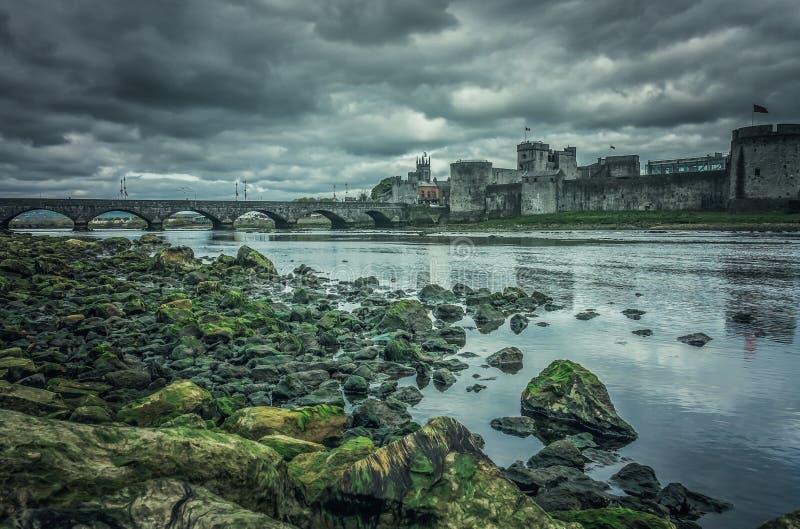 Re Johns Castle e un vecchio ponte fotografie stock libere da diritti
