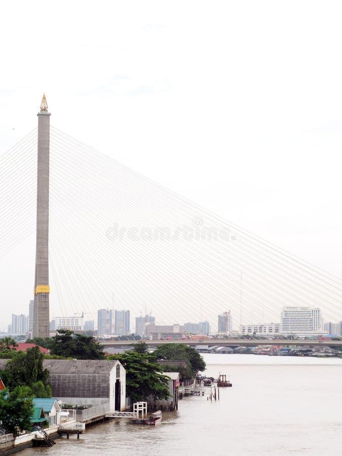 Re RAMA il nono ponte sopra il Chao Phraya a BANGKOK, TAILANDIA immagini stock libere da diritti