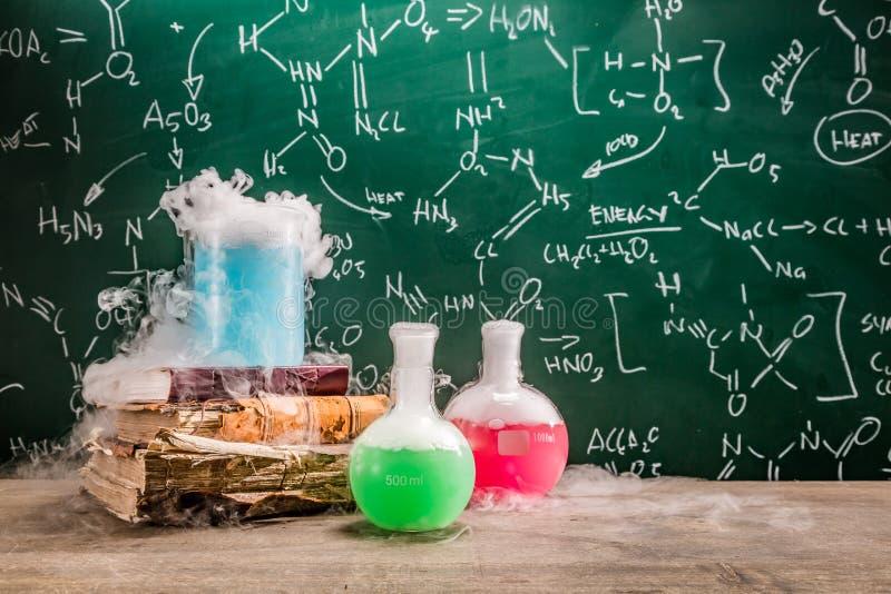 Reação química dinâmica em lições da química na escola fotos de stock