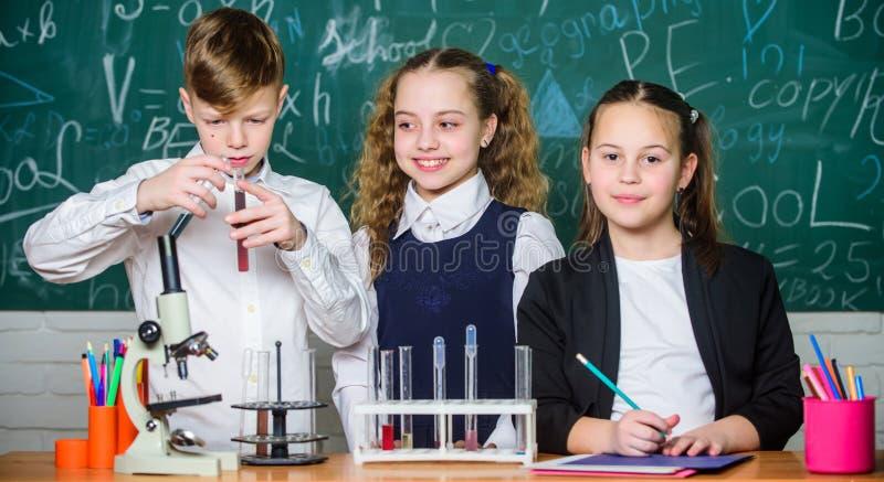 A reação química ocorrer quando mudança da substância em substâncias novas Os alunos estudam a química na escola Substância quími fotos de stock