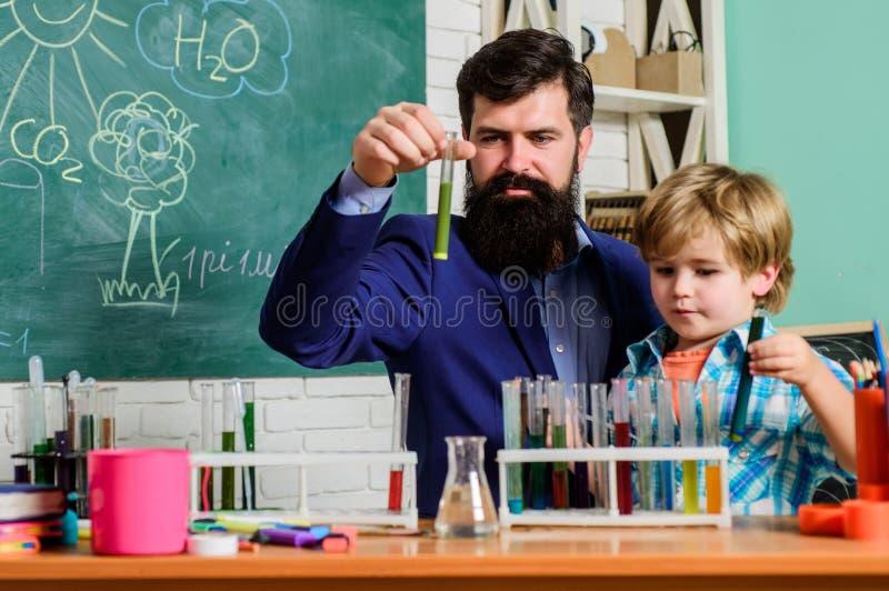 Rea??o qu?mica fascinante Turmas escolares interessantes Educa??o escolar Experi?ncia da qu?mica da escola Professor e fotografia de stock