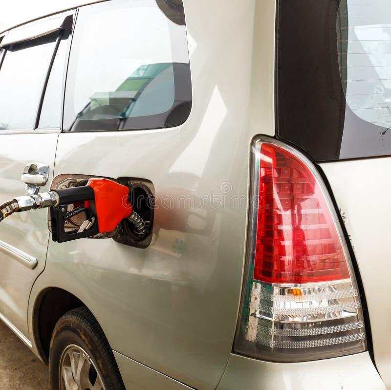 Reabasteça a gasolina ao carro pela bomba do bocal fotografia de stock