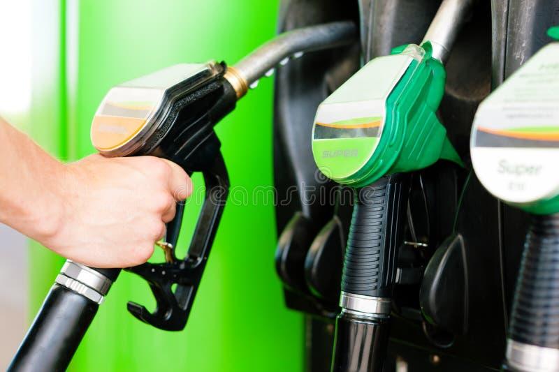 Reabasteça o carro em um posto de gasolina fotos de stock