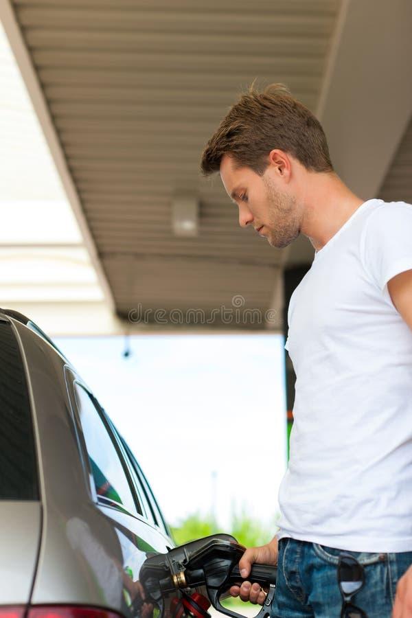 Reabasteça o carro em um posto de gasolina imagens de stock