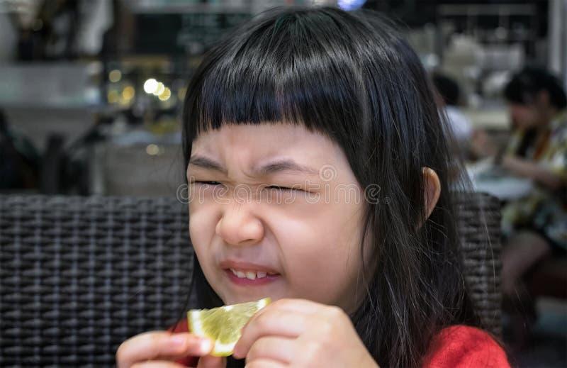 Reactie op een Plak van Citroen stock afbeeldingen