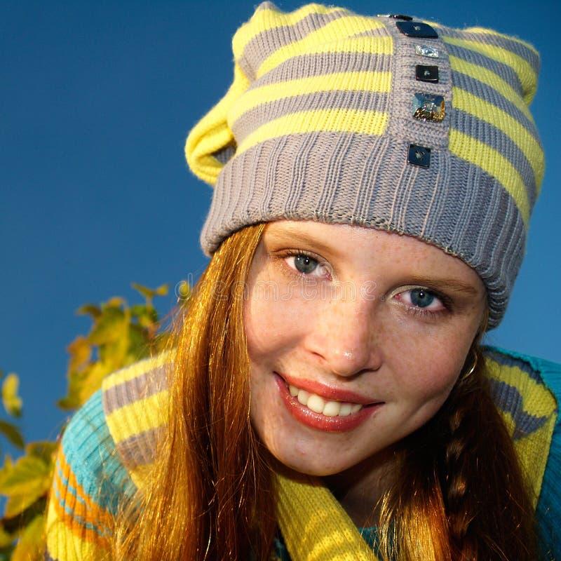 Readhed nettes Mädchen im Freien lizenzfreie stockfotos