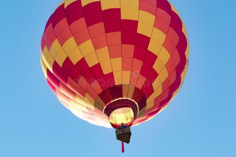 Readington,新泽西/USA - 7/30/2017 :[节日迅速增加;单独享受风景看法的热空气气球,个体] 库存照片