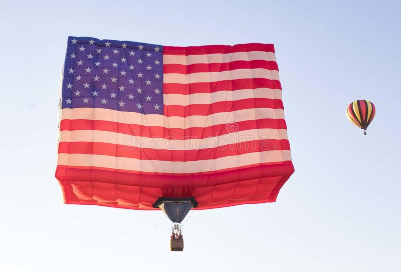 Readington, New Jersey /USA - 7/30/2017 : [Festival de monter en ballon ; Grand ballon à air chaud formé comme un drapeau américa photo stock