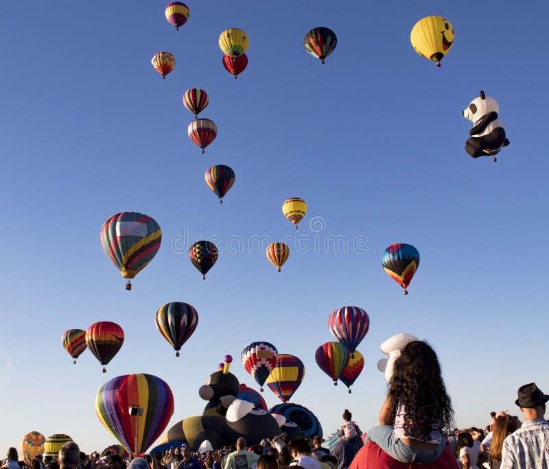 Readington, Nowy 7/30/2017: - bydło /USA - [festiwal latanie balonem; Powstający gorące powietrze Szybko się zwiększać remisy Tło zdjęcia royalty free