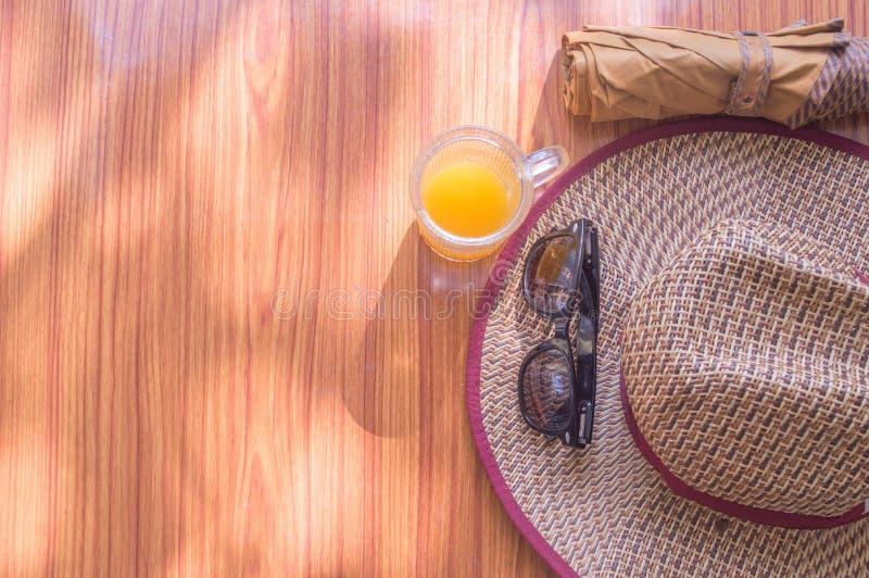 ready för att löpa Strandbakgrund för den bästa sikten av nödvändiga moderna sommarkvinnor reser tillbehör i en trätabell solglas arkivfoto