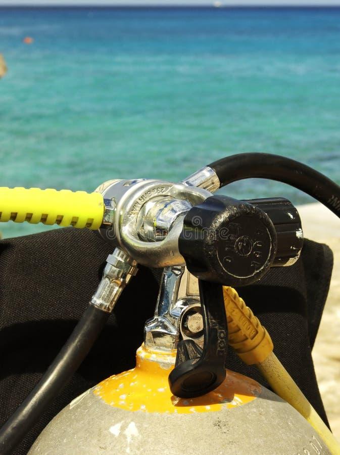 Ready per l'avventura di immersione con bombole immagini stock