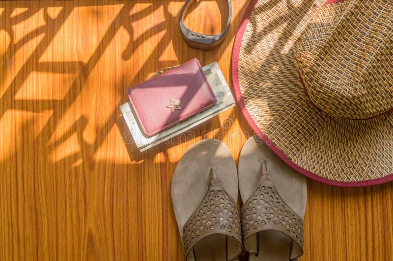 Ready per viaggiare Fondo della spiaggia di vista superiore degli accessori moderni essenziali delle donne in tavola di legno Fli fotografia stock