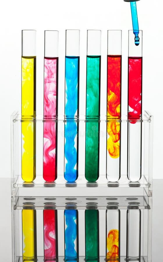 Reageerbuis voor het testen in een chemisch laboratorium stock foto's