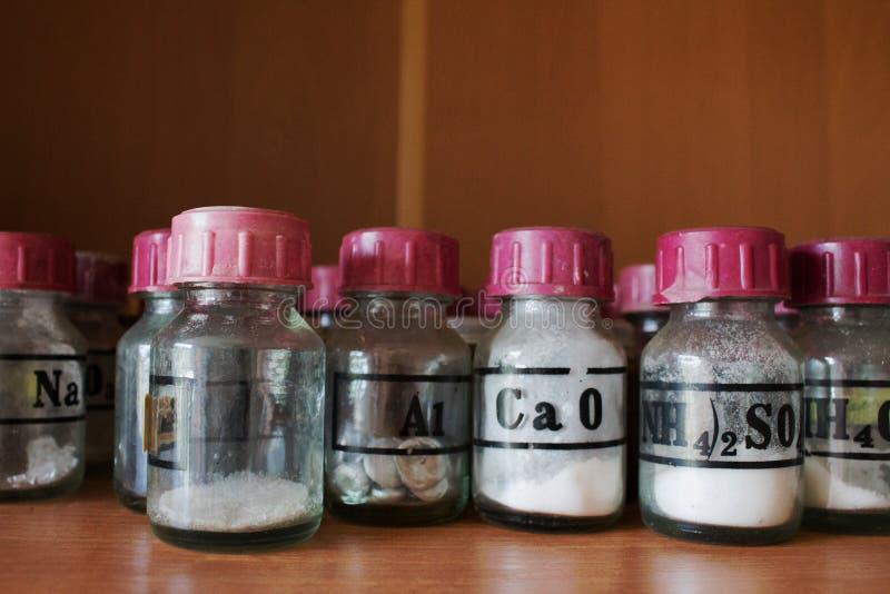 Reageerbuisflessen en chemische reagentia in het laboratorium royalty-vrije stock afbeelding