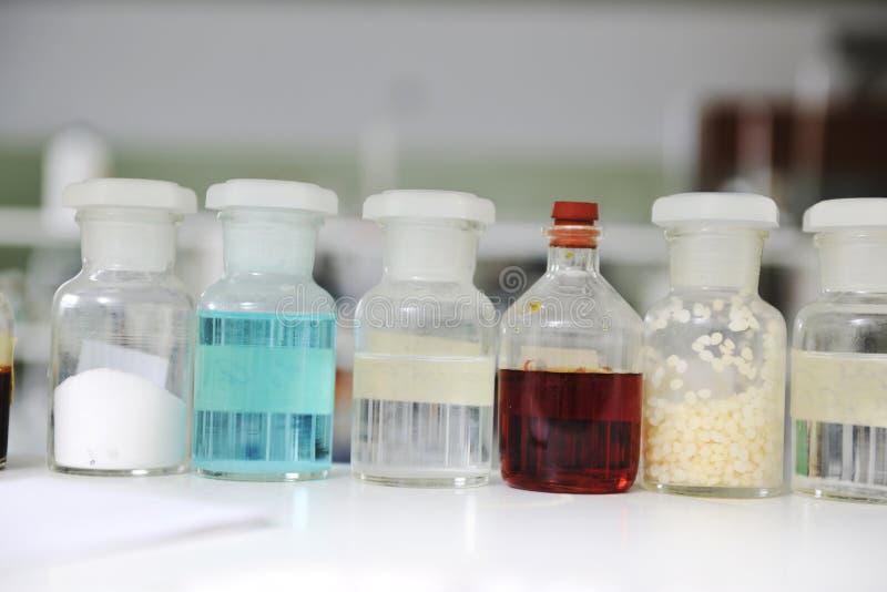 Reageerbuizen in laboratorium stock fotografie