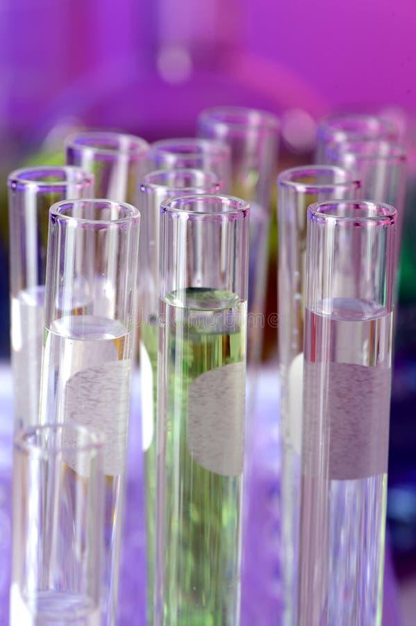 Reageerbuizen met Gekleurde Vloeistof stock fotografie