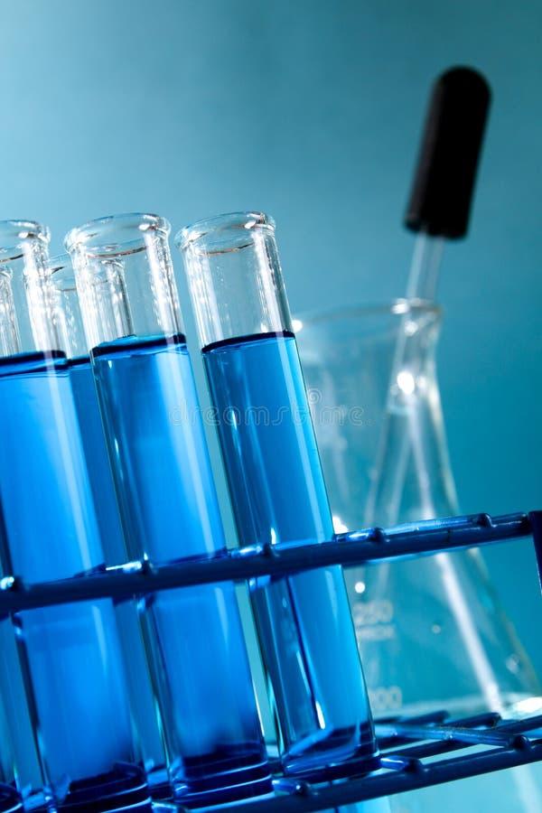 Reagenzgläser füllten mit blauer Chemikalie - Reihe 5 stockfoto