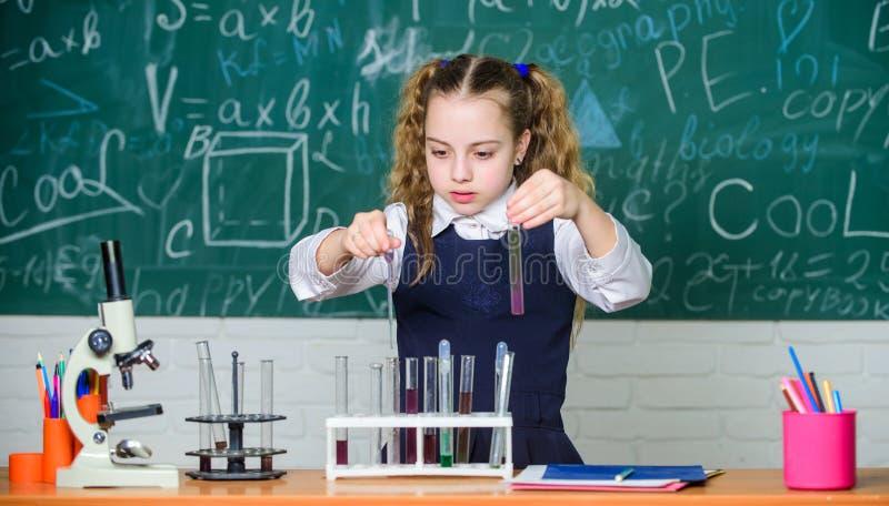 Reagenzgl?ser mit Substanzen Schulbildung Zuk?nftiges Biologe School-Labor Intelligente Studentenf?hrung des M?dchens stockfotografie