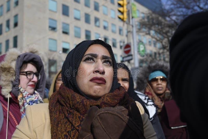 Reagrupe contra a proibição muçulmana do ` s de Donald Trump em Toronto fotos de stock