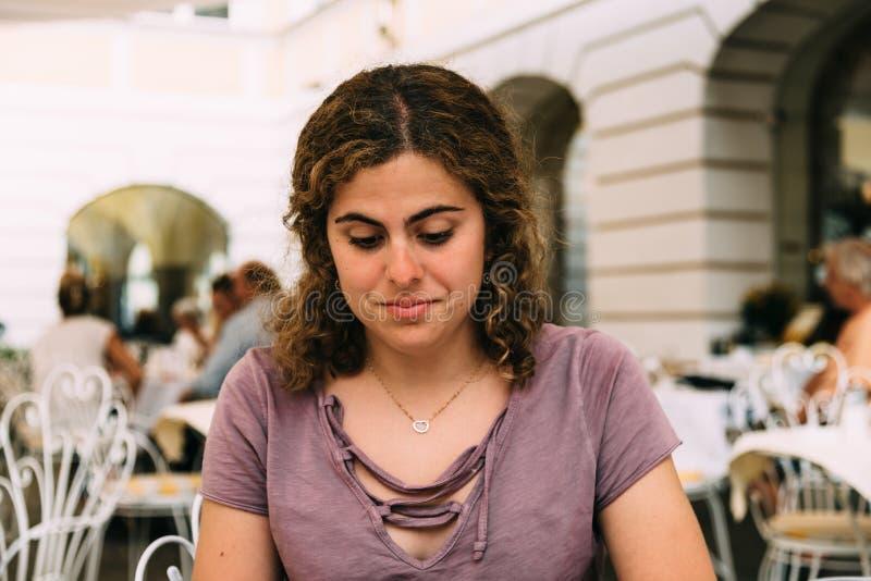 Reakcja młoda kobieta po otrzymywać tekst zdjęcie royalty free