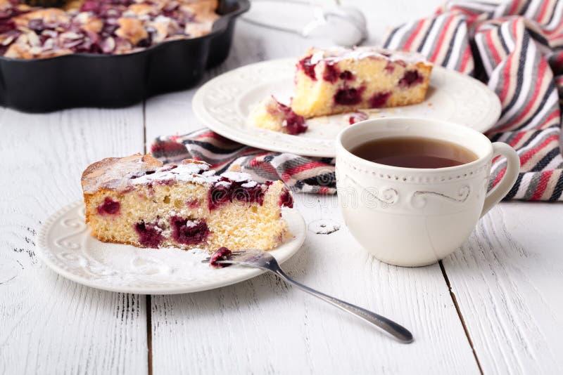 Reakfast com bens de padaria, galdéria, chá da manhã imagens de stock royalty free