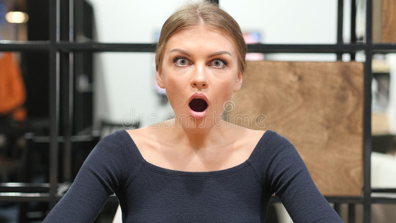 Reaktion som ska chockas, uppriven flicka med den öppna munnen, stående royaltyfria bilder