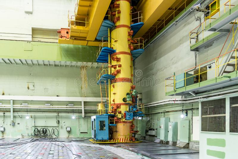 Reaktorrum tanka päfyllningsmaskinen, utrustningunderhåll och utbytet av reaktorbränslebeståndsdelarna arkivbild