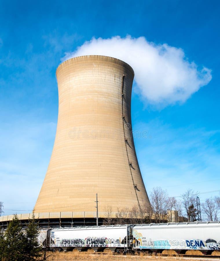 Reaktoru jądrowego wierza przy Północnym Indiana Służba Publiczna Firma obraz stock