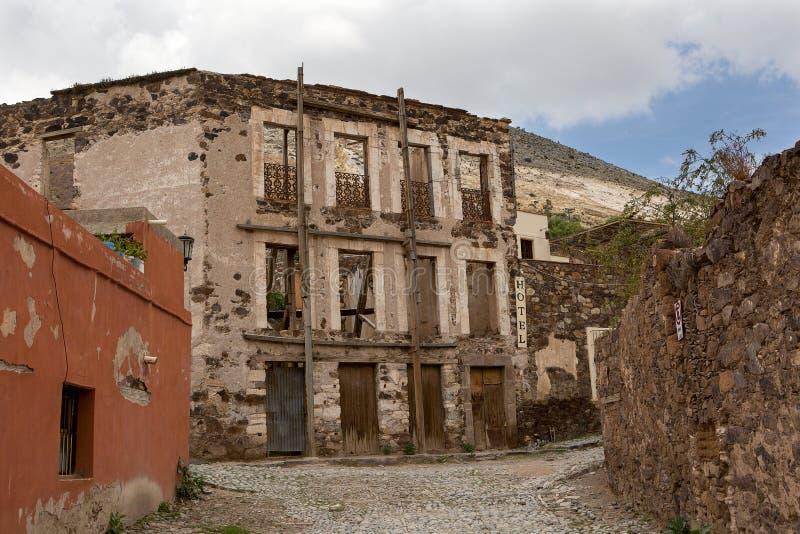 Real DE Catorce streetscape met anbandoned hotel royalty-vrije stock foto's