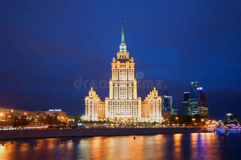 ` Real de Moscou do hotel de Radisson do ` do hotel no rio de Moskva da noite Moscovo, Rússia fotos de stock