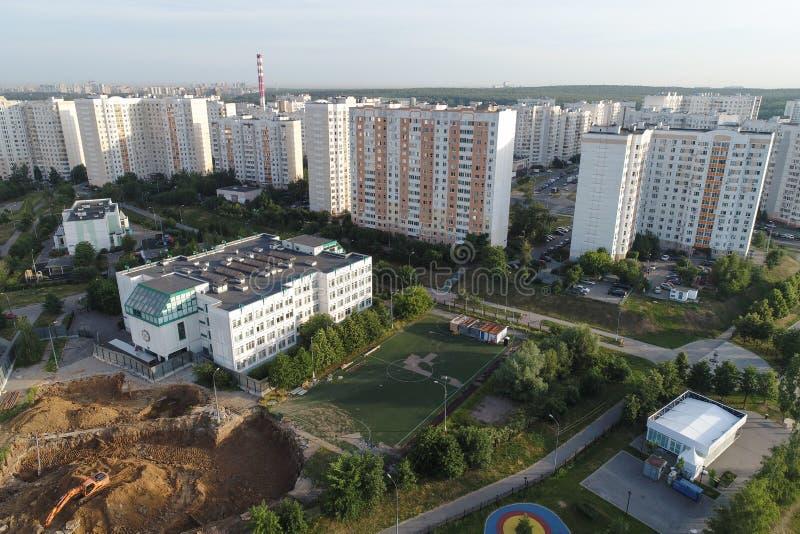 Real Estate-de gebouwen op Gorchakova-straat en Butovo-park van de vogels nemen, Moskou, Rusland waar stock fotografie