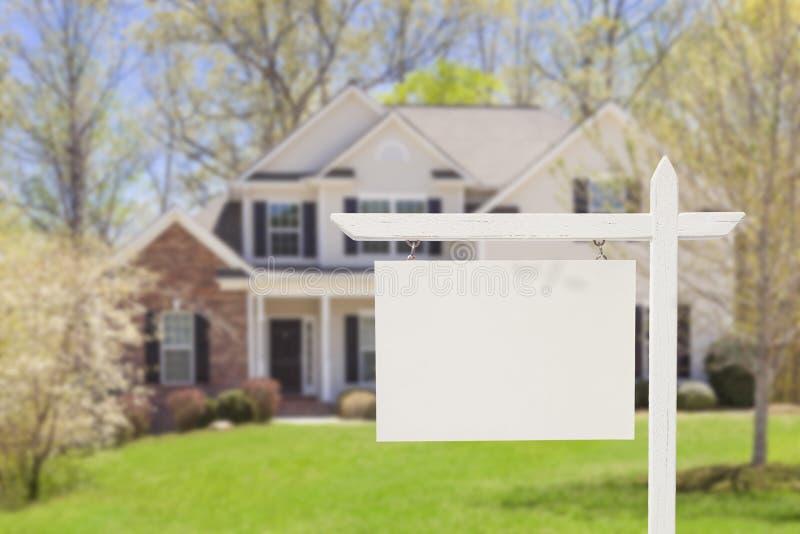 Real Estate vide signent devant la nouvelle maison image stock