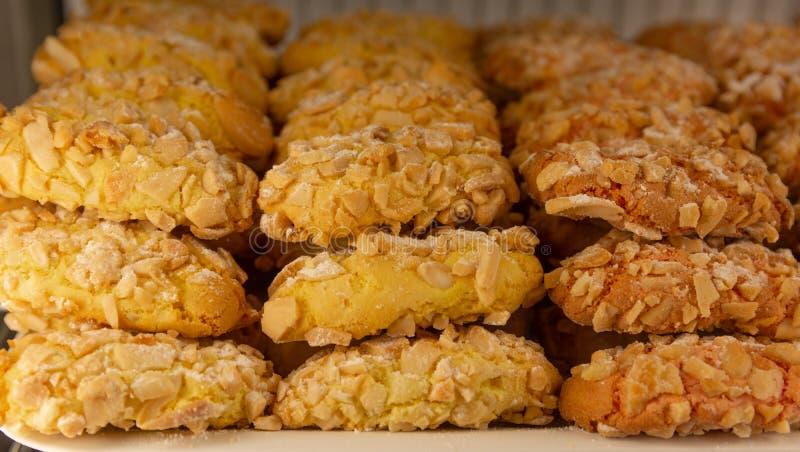Reale da massa de Amaretti, pastelarias italianas da amêndoa com fruto cristalizado colorido imagens de stock