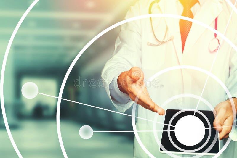 Realidad aumentada en atenci?n sanitaria y medicina Doctor que usa la tableta, resultados de la prueba y el registro de los datos libre illustration