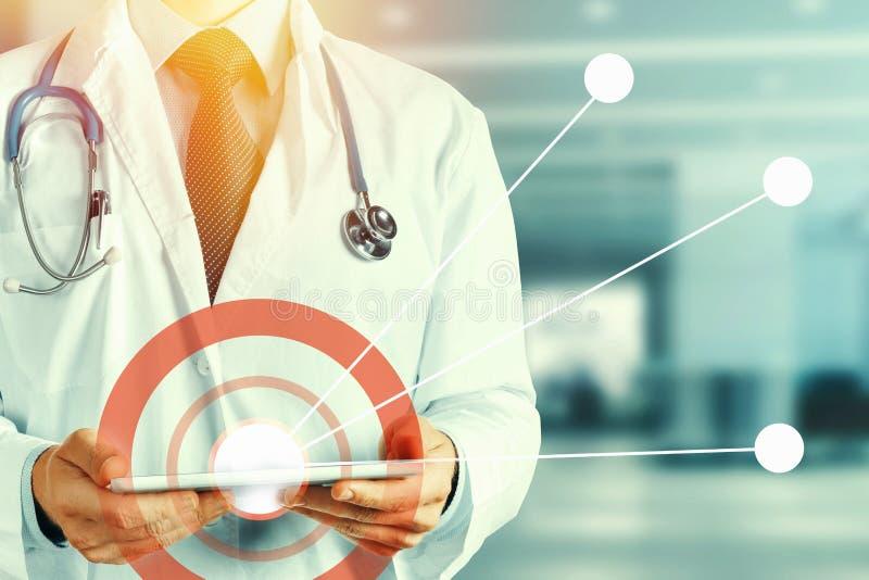 Realidad aumentada en concepto de la atención sanitaria y de la medicina Tableta digital del doctor And stock de ilustración