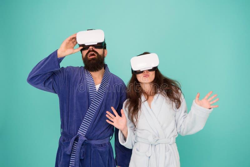 Realidad virtual Amor Buenos días familia sorprendida en vidrios del vr Pares en amor Familia en auriculares de la realidad virtu foto de archivo