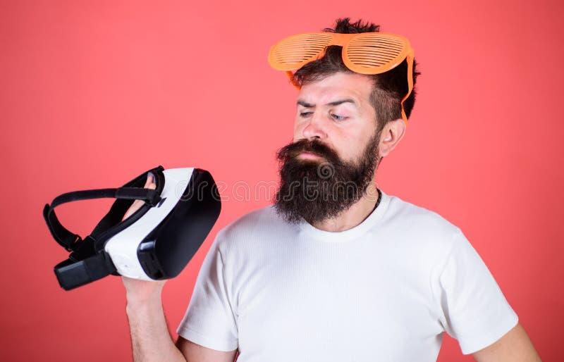 Realidade alternativa Equipe o moderno farpado com os auriculares da realidade virtual e fundo louvered do vermelho dos óculos de fotos de stock royalty free