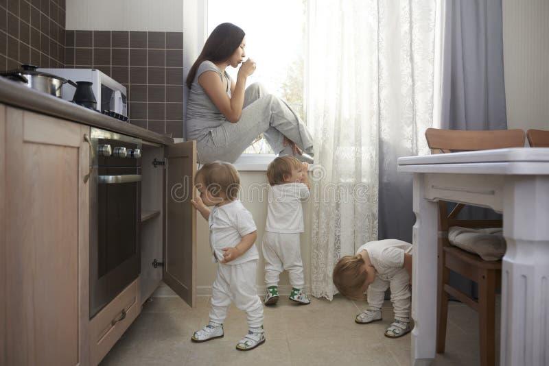 Realidade despercebida da mãe com três crianças imagens de stock royalty free