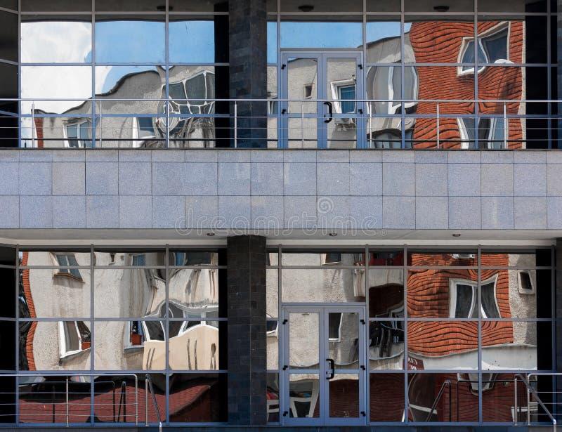 Realidade torcida - prédio de apartamentos espelhado imagens de stock royalty free