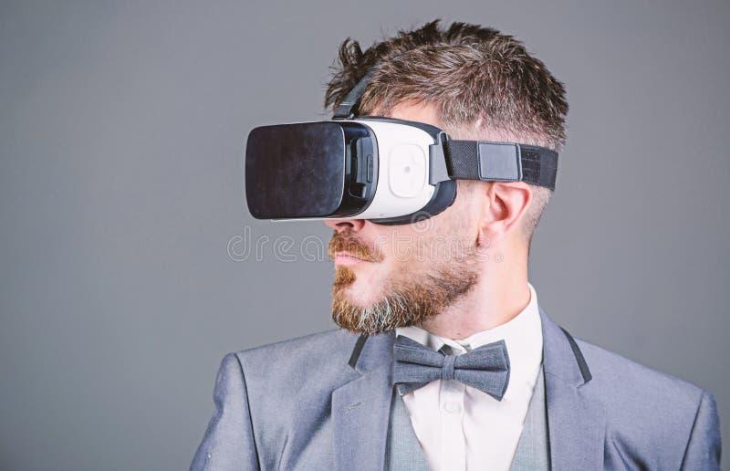 Realidade virtual de homem de neg?cio Dispositivo moderno Inova??o e avan?os tecnol?gicos Tecnologia moderna do implementar do ne fotografia de stock