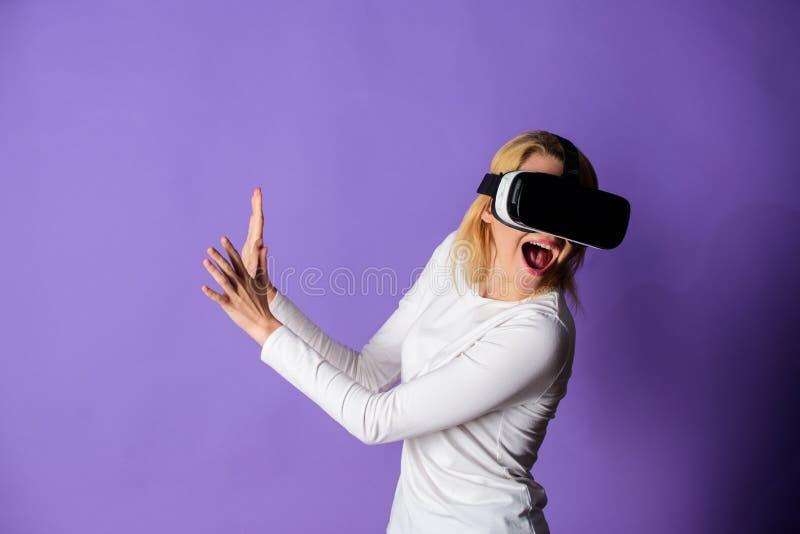 Realidade virtual e tecnologias futuras Auriculares modernos do vr da tecnologia do uso da menina Realidade alternativa interativ foto de stock royalty free
