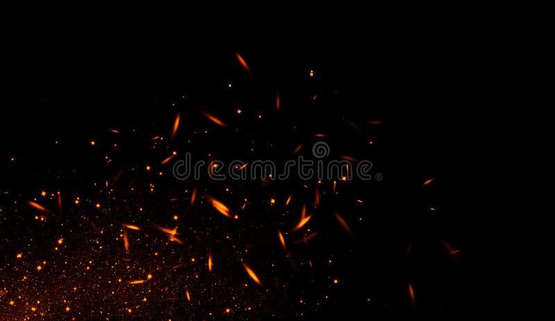 Realistisch geïsoleerd brandeffect voor decoratie en het behandelen op zwarte achtergrond Concept deeltjes, fonkelingen, vlam en  stock illustratie
