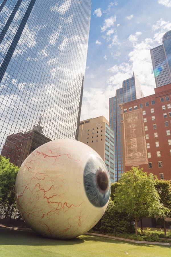 Realistisch gesmolten glasvezel sculptuur Giant Eyeball in het centrum van Dallas, Texas royalty-vrije stock afbeeldingen