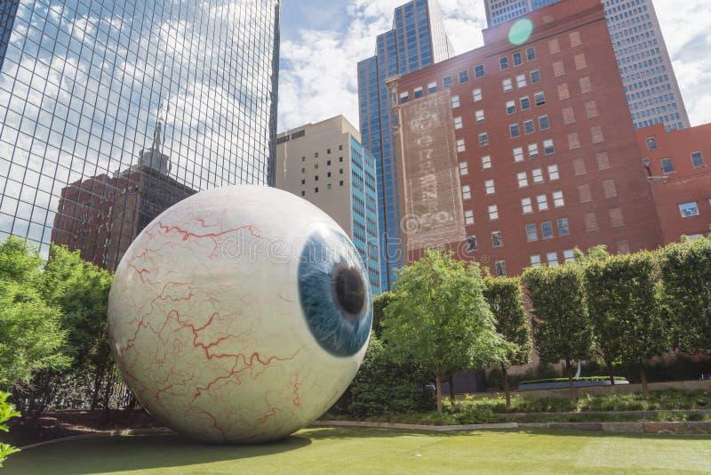 Realistisch gesmolten glasvezel sculptuur Giant Eyeball in het centrum van Dallas, Texas royalty-vrije stock fotografie