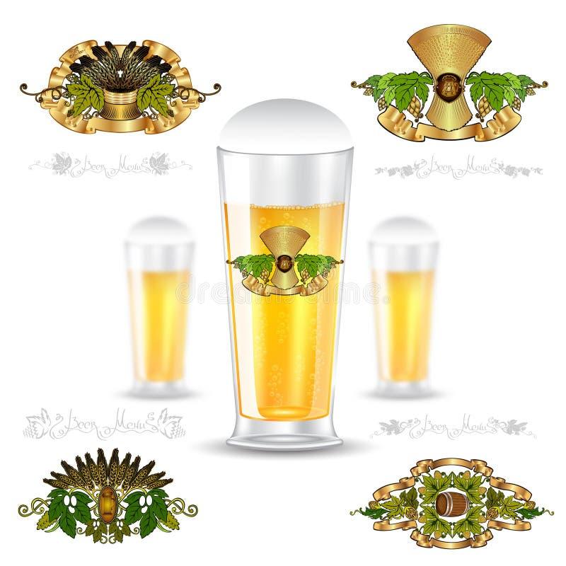 Realistische spot drie op glas bier en reeks luxeetiketten op wit Vectorillustratie één scherpe fles en twee B stock illustratie