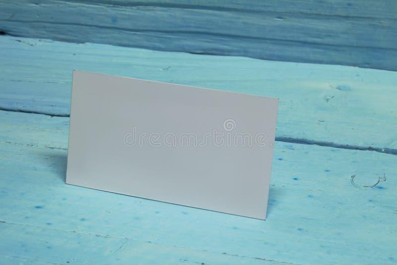 Realistischer Spott oben von Visitenkarten auf einem blauen hölzernen Hintergrund stockfotografie
