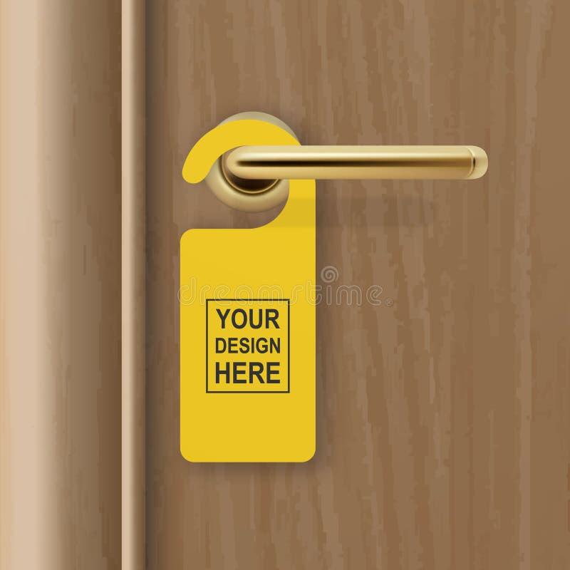 Realistisk pappers- gul dörrhängare för vektor på brun realistisk trädörr med guld- handtagbakgrund för metall Dörrhängare stock illustrationer