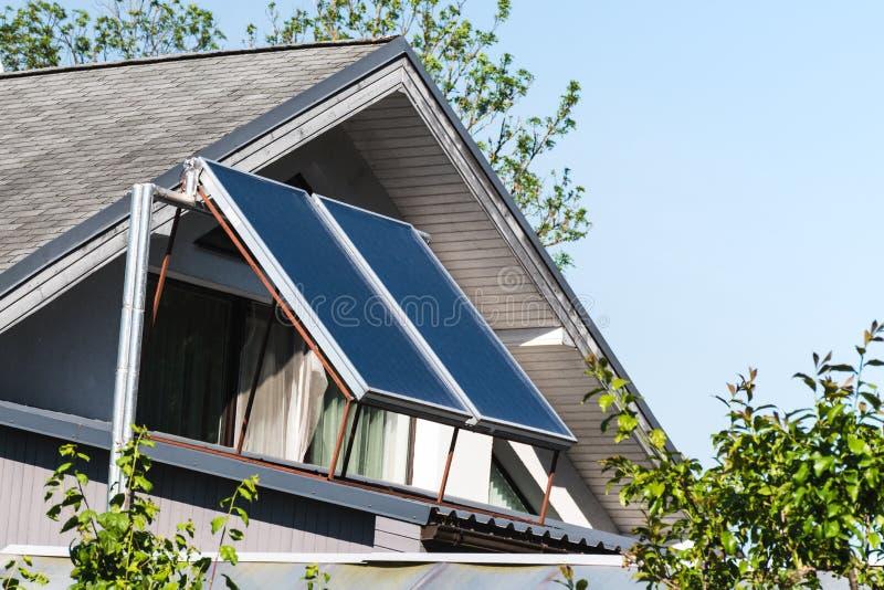 Realistisk solpanel på ett tak av ett hus royaltyfri foto